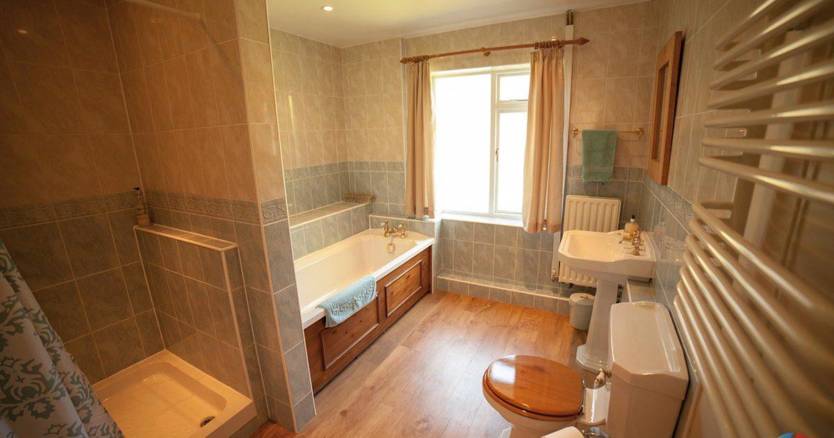 The Cottage Needingworth - spacious bathroom