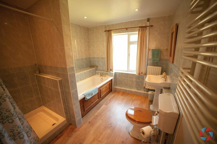 The Cottage Needingworth - spacious bathroom